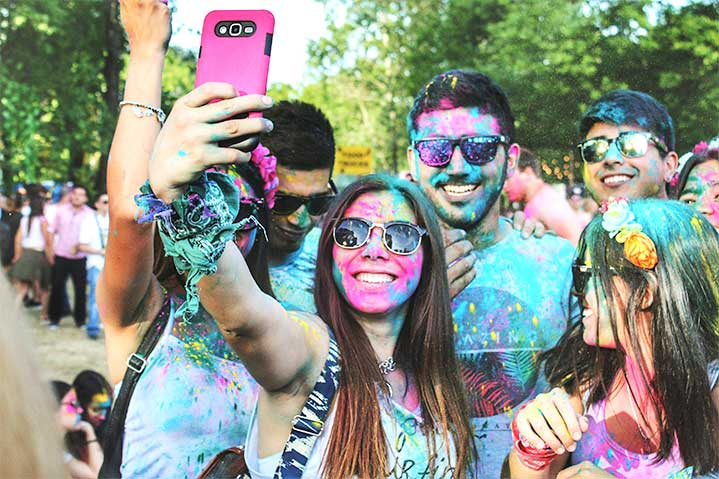 Group-of-people-making-a-selfie-groupie-usie-colors-paint